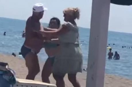 ВИДЕО: Тепачка на плажа во Улцињ – маж и жена се степале пред сите, едвај ги раздвоиле