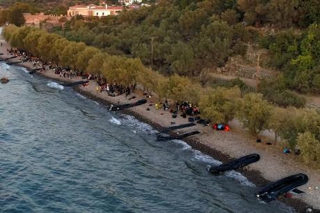 ВИДЕО: Стотици мигранти со гумени чамци пристигнале на грчкиот остров за само еден час – во мигрнтскиот камп е пренатрупано