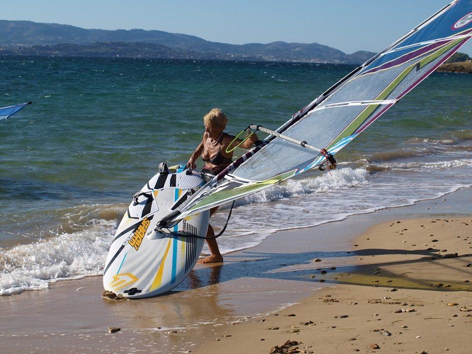"""Грчката """"супер бабичка"""" го оствари нејзиниот сон со """"windsurf"""" да помине 18 наутички милји (ВИДЕО)"""
