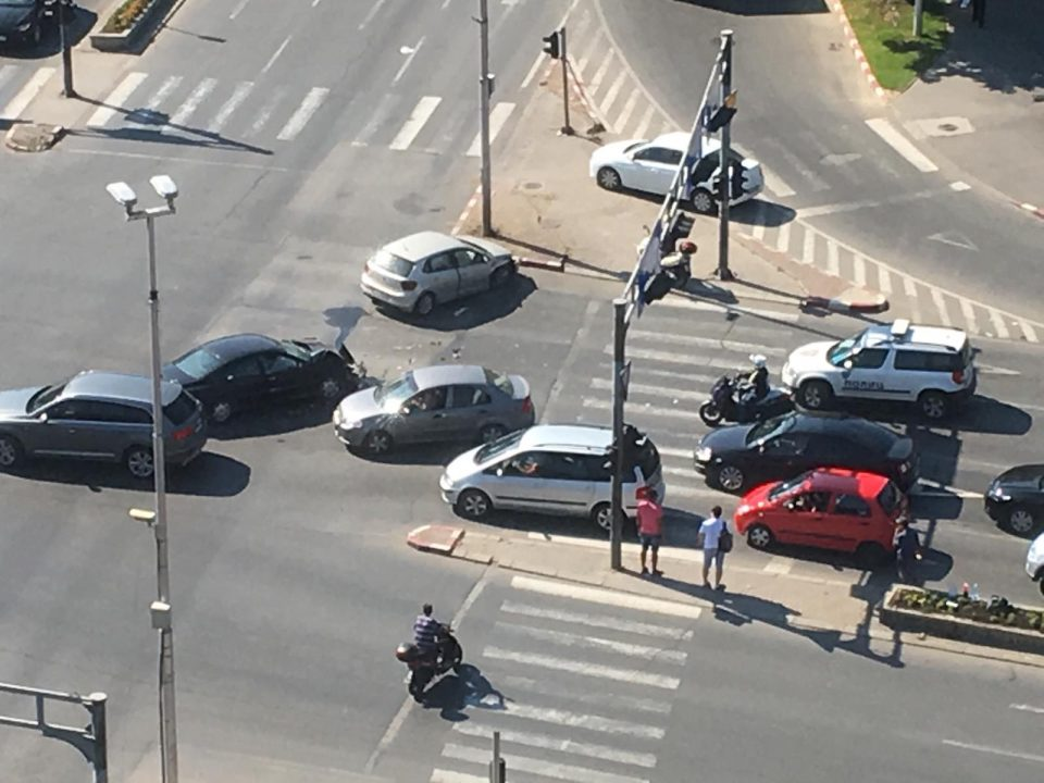 ФОТО: Сообраќајка кај Мавровка, отежнат сообраќајот на крстосницата