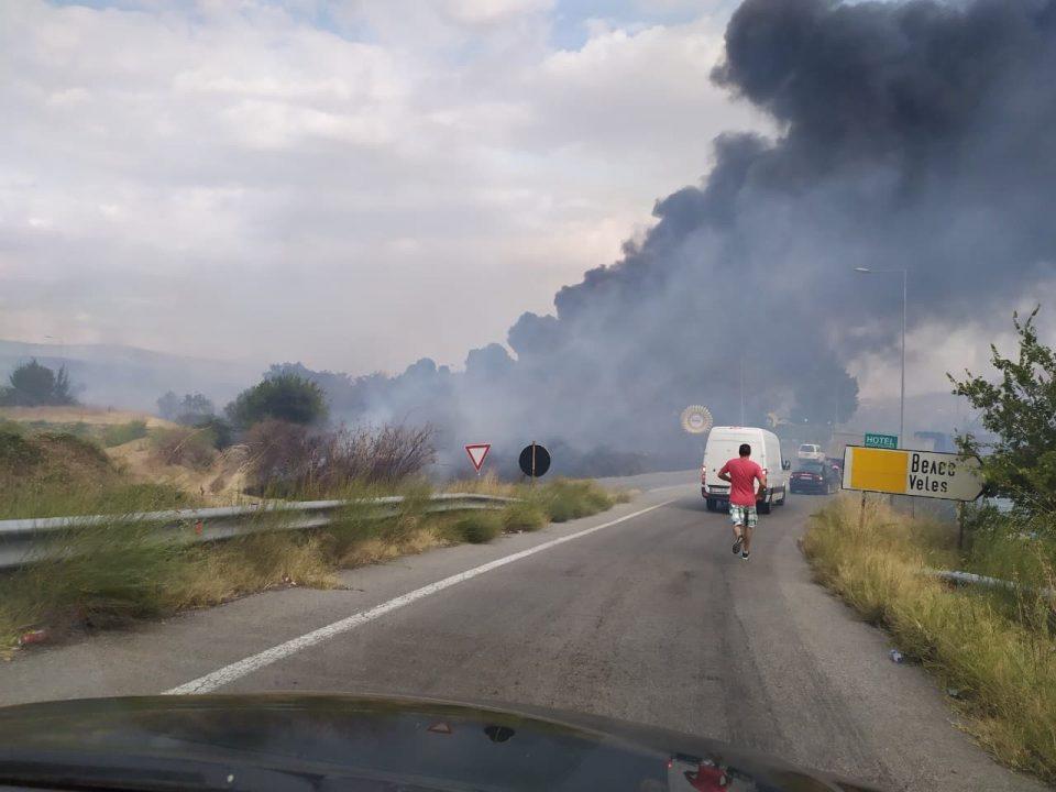 ФОТО КУРИР: Пожарот во Велес зафати и фабрика за гуми, затворен автопатот, хаос се случува во моментов