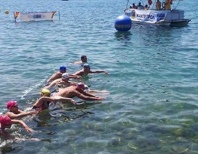 Маратон на македонски начин: Поп Ацев убедливо прв во трка во која пливал – сам! (ФОТО)