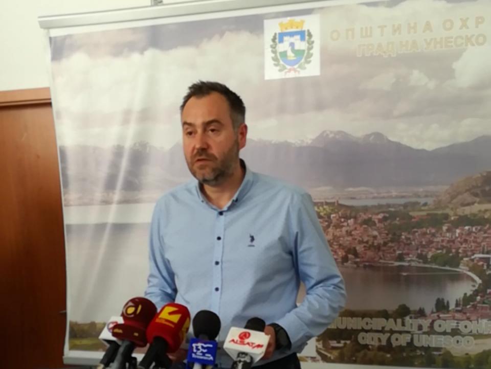 Толку од транспарентност: Градоначалникот на Охрид избега од прашањата на новинарите (ВИДЕО)