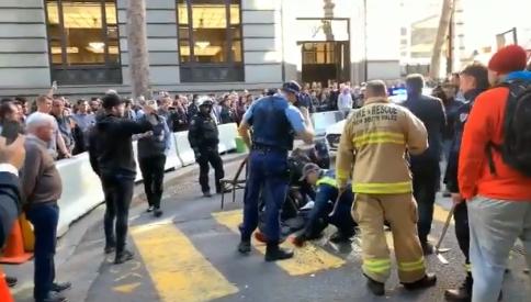 Жена избодена со нож во центарот на Сиднеј- напаѓачот совладан со гајба и стол (ВИДЕО)