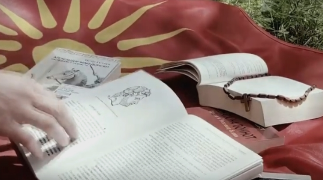 """""""Ајга"""" во стиховите за """"Macedonia forever"""" гласно порачаа: Моето име е Македонија! (ВИДЕО)"""