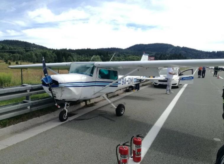 Авион принудно слетал среде автопат во Хрватска – патниците излегле од него преплашени (ФОТО)