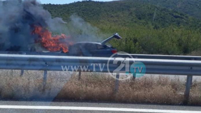 ФОТО: Гори автомобил после Гевгелија на автопат за Грција, сообраќајот во прекин