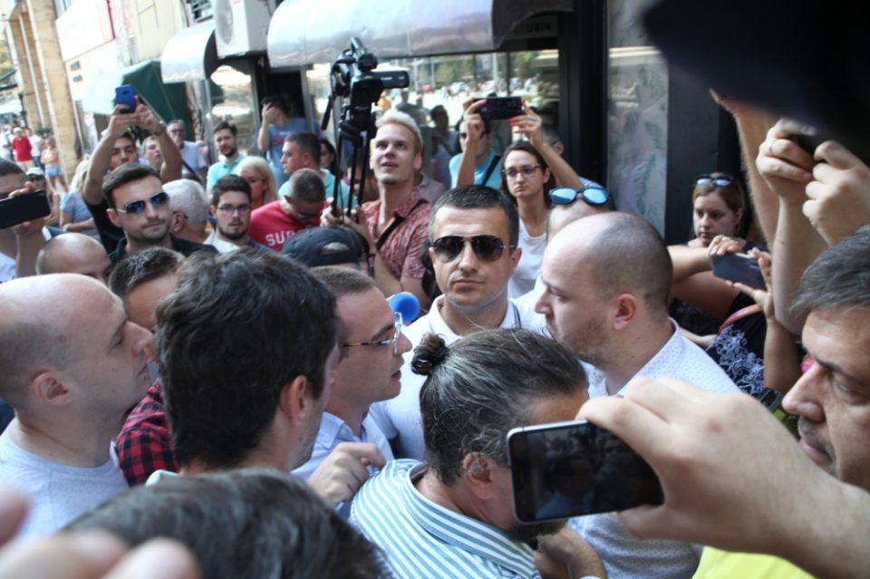 Во центарот на Белград жестока кавга меѓу приврзаниците на власта и опозицијата