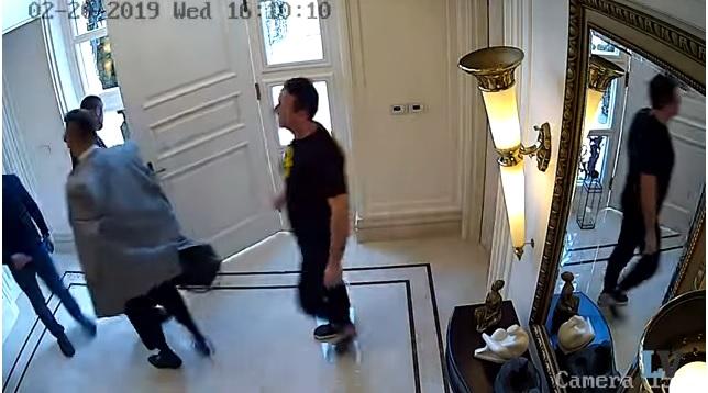 Видео од моментот кога Боки 13 и Зоки Кичеец ги земаат парите од Орце Камчев