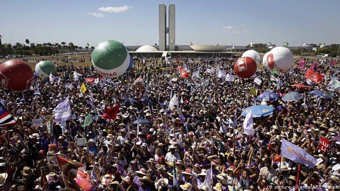 Протест на околу 100.000 жени во Бразил против претседателот на Бразил