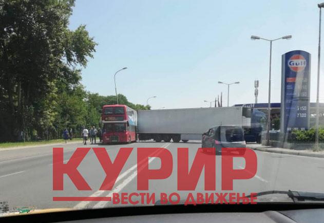 Се судрија автобус и шлепер во Скопје (ФОТО)