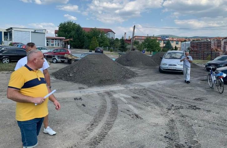 СКАНДАЛ: Градоначалникот на Делчево истури четири камиони градежен шут пред приватна компанија за да се одмаздел! (ВИДЕО)