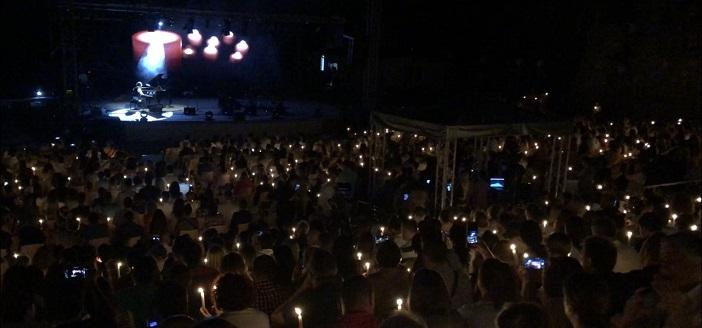 Дуке Бојаџиев со моќен апел – на неговиот концерт гореа 1076 свеќи за спас на Охрид и крајбрежјето
