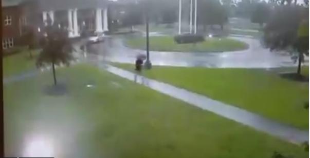 За влакно избегната трагедија: Застрашувачка сцена од човек и удар од гром (ВИДЕО)
