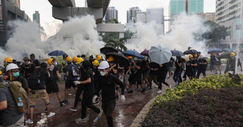 Полицијата за прв пат употреби вистинска муниција и водени топови во Хонг Конг (ВИДЕО)