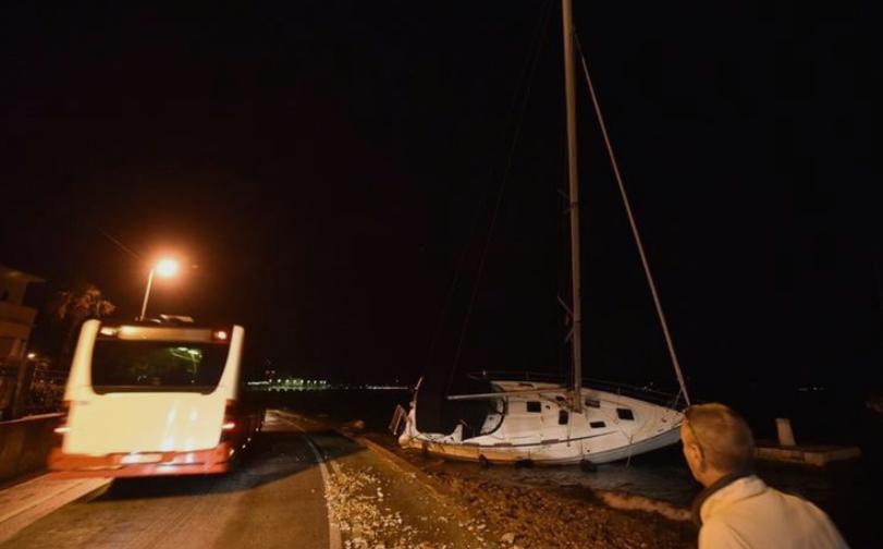 (ВИДЕО) Бродови заглавени, дрвја откорнати- силно невреме ја погоди Хрватска