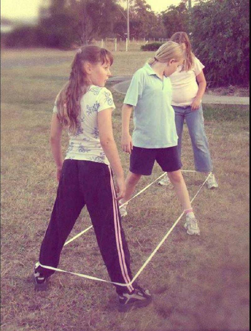 Колку оваа слика ќе ве врати во детството? – Се сеќавате ли на сите чекори од ема-е-са-са или триаголник?