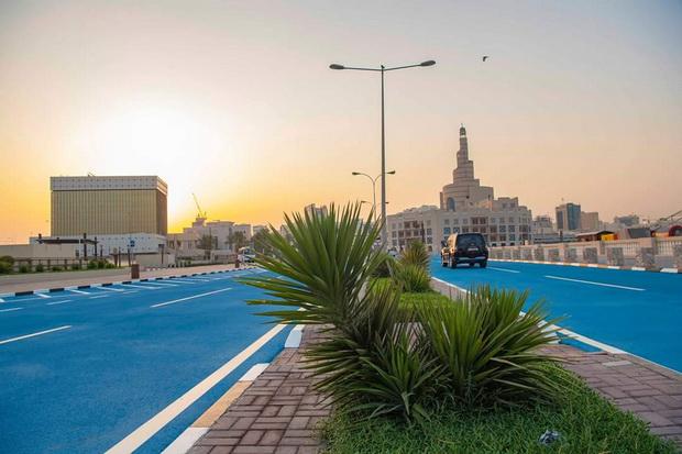 Доха ги фарба улиците во сина боја- еве зошто (ФОТО)