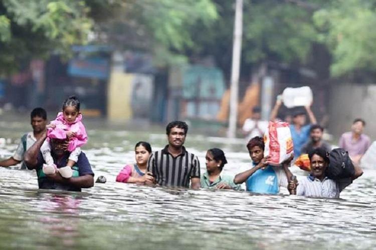 Поплави во Индија: 16 загинати, 140 илјади раселени лица