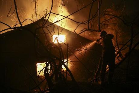 Целосно изгоре викендичка во Македонија – и граѓани се вклучиле во гаснење на пожарот