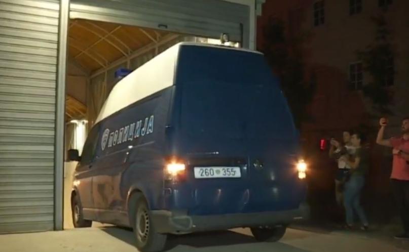 Јанева со полициско комбе спроведена во Шутка (ВИДЕО)
