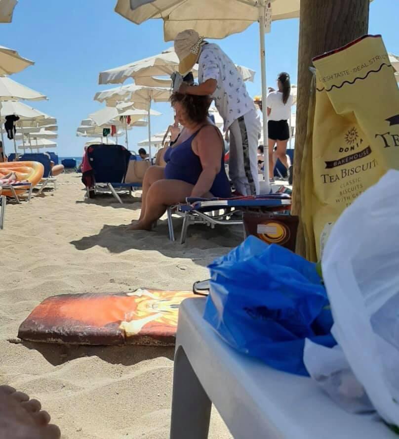 Катица ја масираат на плажа во Калитеа по денешната објавена снимка со рекетот (ФОТО)
