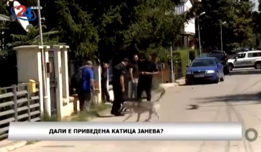 Кучиња ги нападнаа полицајците кои дојдоа да ја уапсат Катица Јанева (ВИДЕО)