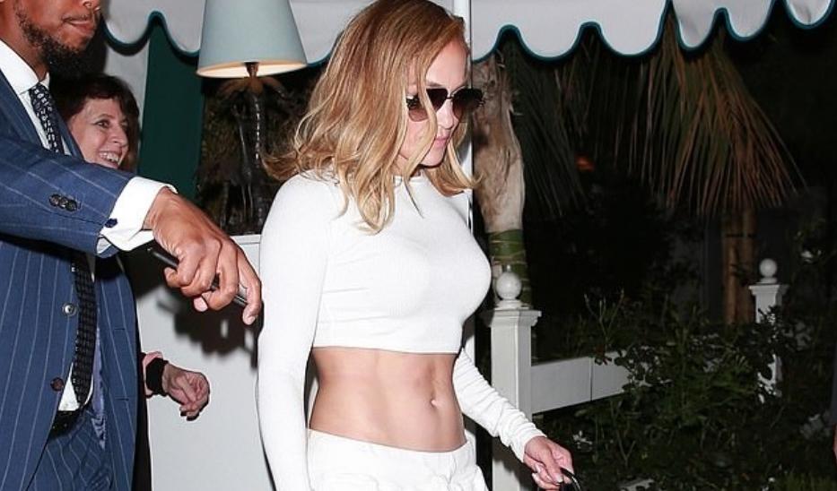 """Ако беше обична жена ќе ја наречеа """"несредена"""", за Џенифер во оваа комбинација викаат """"моден погодок"""""""