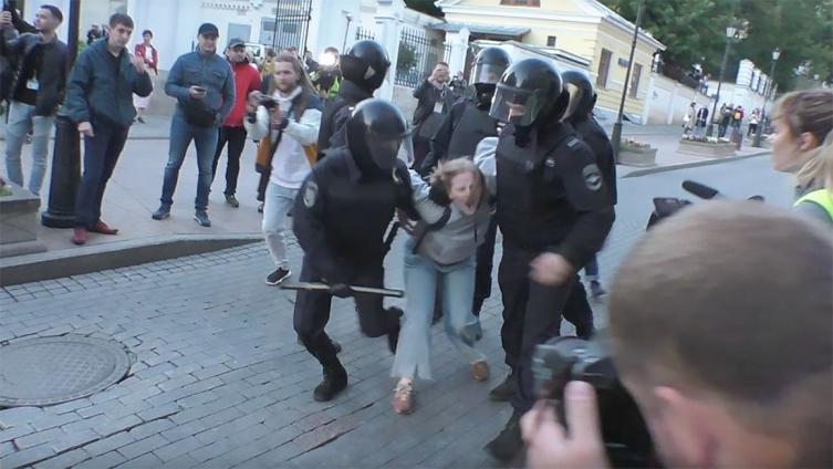 Полицајци во Русија удирале жена во стомак, јавноста гневна (ВИДЕО)