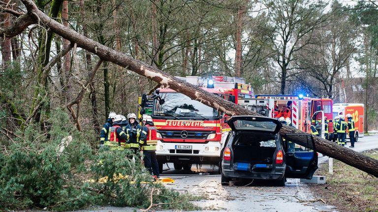 Поради големо невреме во прекин сообраќајот во делови од Германија