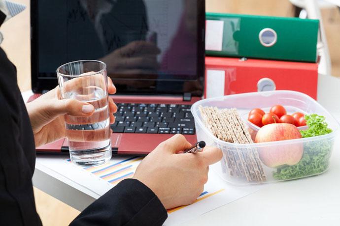 Пет едноставни начини да се храните здраво на работа