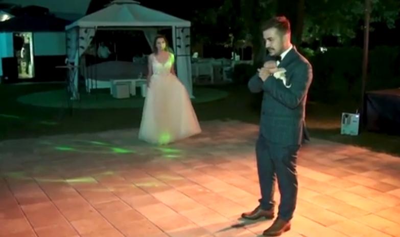 """Тон емоции: Пар со оштетен слух на свадбата на знаковен јазик ја изведе """"Немир"""" од Тоше и Каролина (ВИДЕО)"""
