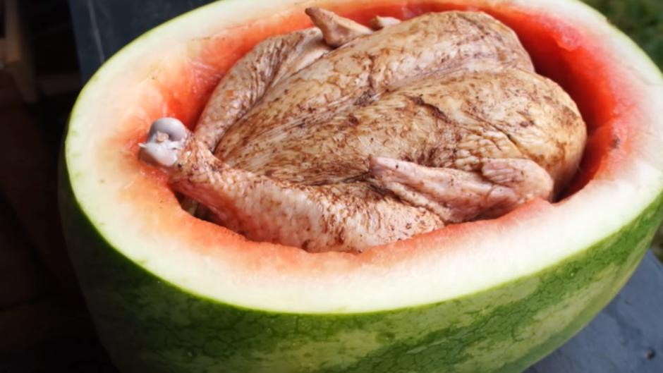 Рецепт за летен специјалитет: Пилешко печено во лубеница