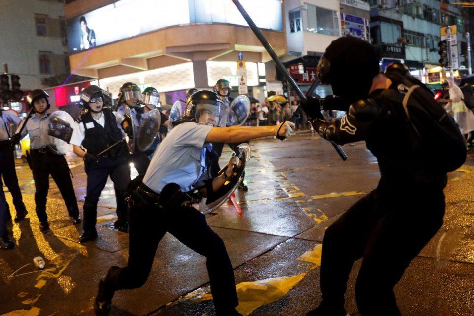 Хонг Конг: Маж со нож повреди две лица, а на политичар му одгриза уво