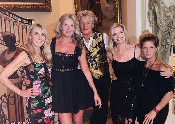 Род Стјуарт на роденденот на ќерка си ги покани сите поранешни сопруги: Фотографијата со 4. избранички го воодушеви светот! (ФОТО)