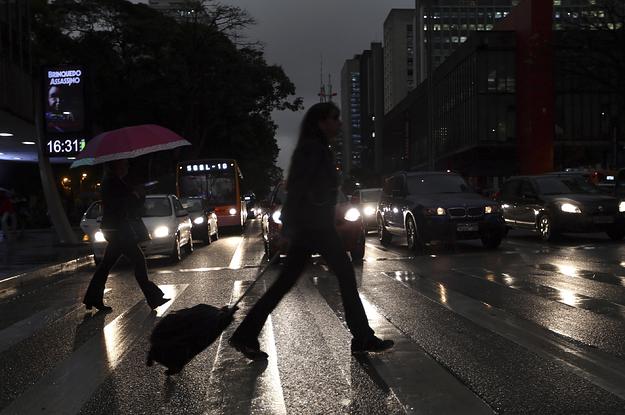 ФОТО: Среде ден – мрак во Сао Паоло поради пожарот во Амазонија