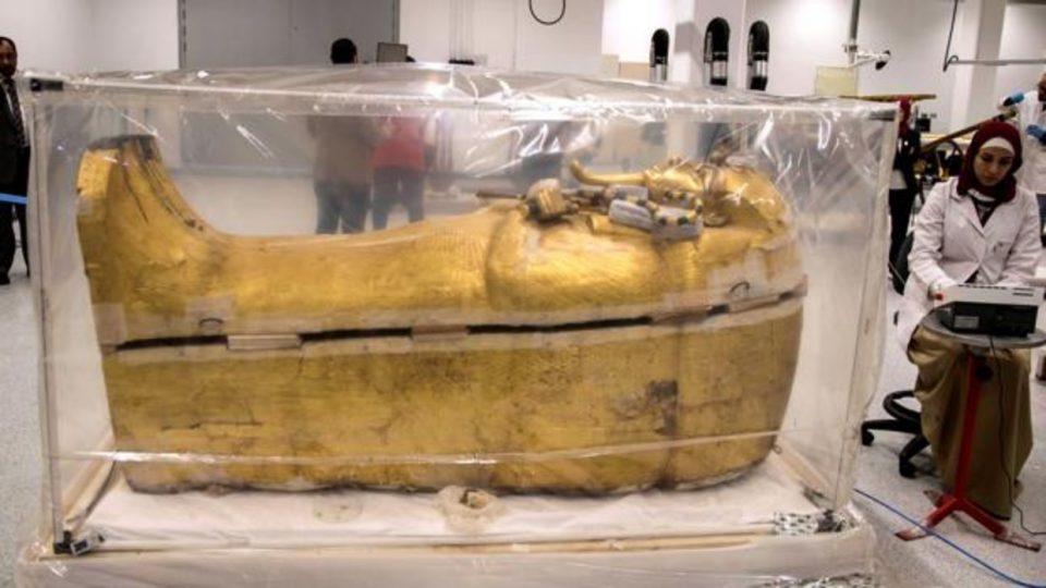 ФОТО: Се реставрира саркофагот на Тутанкамон