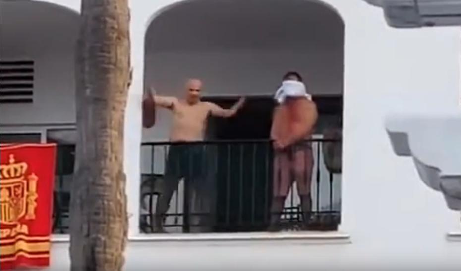 Вознемирувачко видео: Србин се изживува со нож врз сограѓанин, хорор во шпанско летувалиште