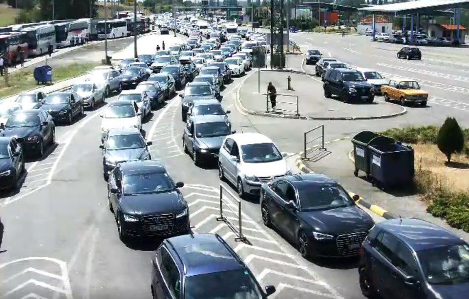 ТОЧНО НАПЛАДНЕ СЛИКАТА ИСТА: Нервозни возачи и тотален хаос на граничните премини Богородица и Табановце (ВИДЕО)