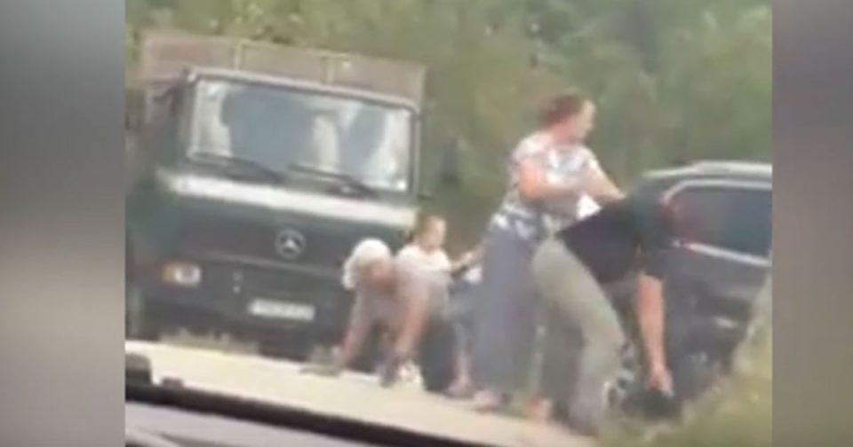 Тепачка меѓу две семејства во Босна (ВИДЕО)