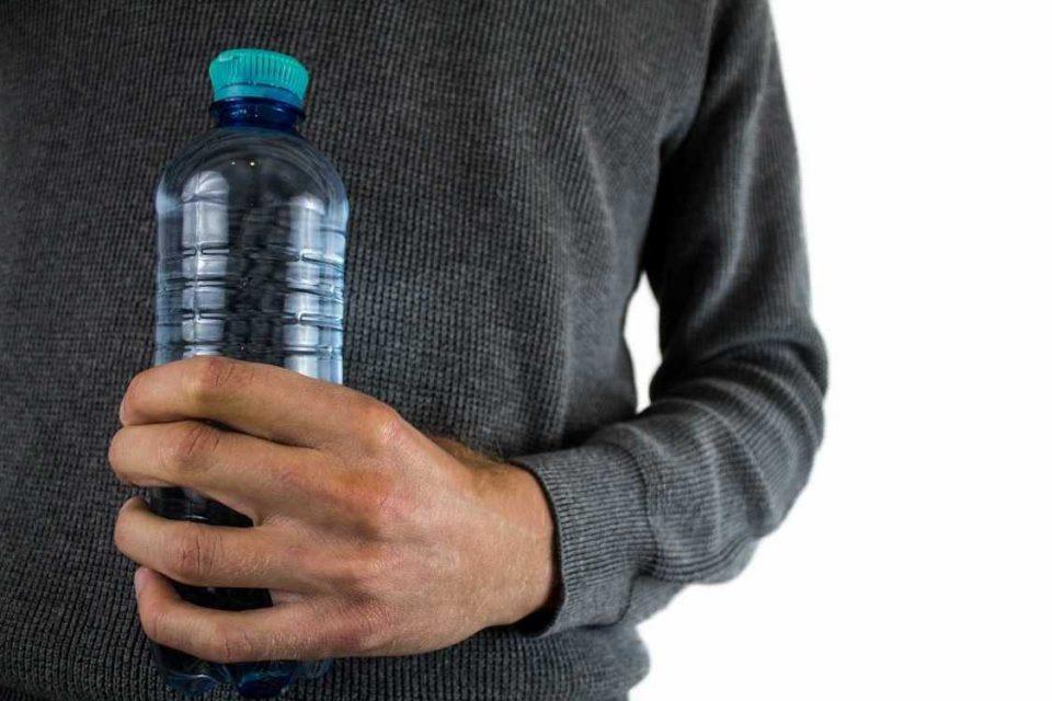 Зошто не треба повеќе пати да пиете вода од истото шише?