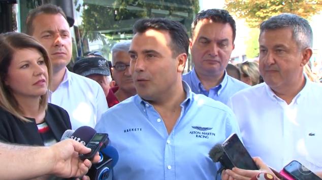 Зоран Заев се појави во кошула од 200 евра, колку што е платата во Македонија на оние што цел месец шијат кошули за тие пари! (ФОТО)