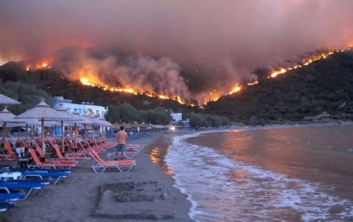 Ако ваши блиски се во Грција веднаш да се слушнете со нив: Гори познатиот грчки остров, авиони доаѓаат на помош!