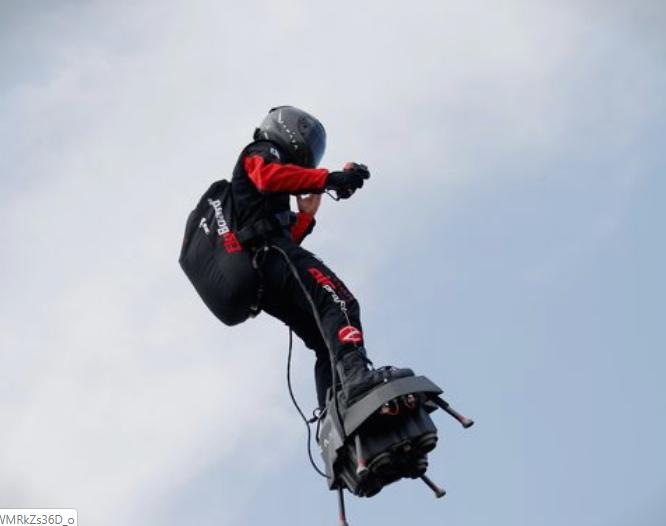 """(ВИДЕО) """"Летечкиот човек"""" Френки Запата го прелета Ламанш"""