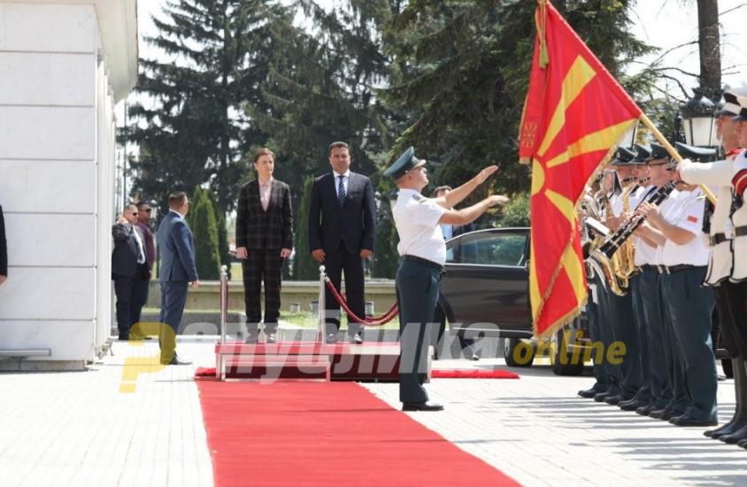 Владата досега грешеше знамиња, сега Брнабиќ пречекана без знаме (ФОТО)