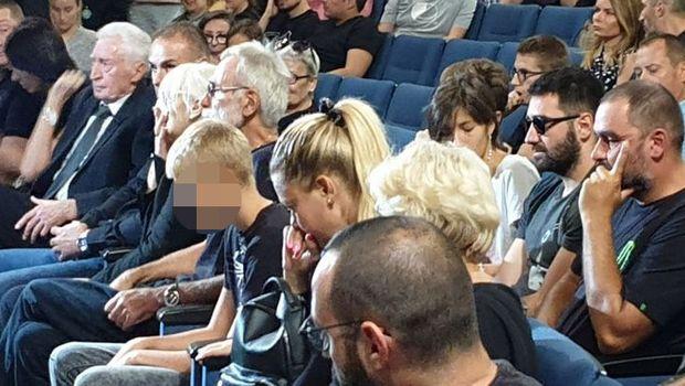 Вдовицата на српскиот рапер неутешна плачела на цел глас на комеморацијата- она што го правел неговиот брат ќе ви ја заледи крвта