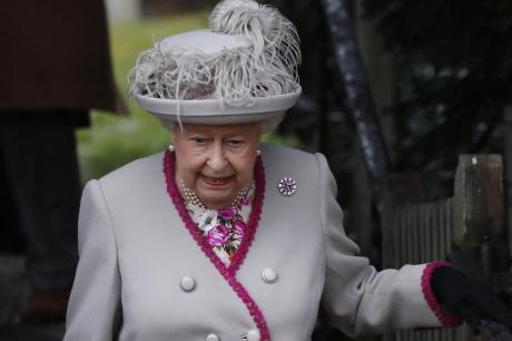Американски туристи не ја препознале кралицата и ја прашале дали некогаш ја сретнала Елизабета Втора (ВИДЕО)