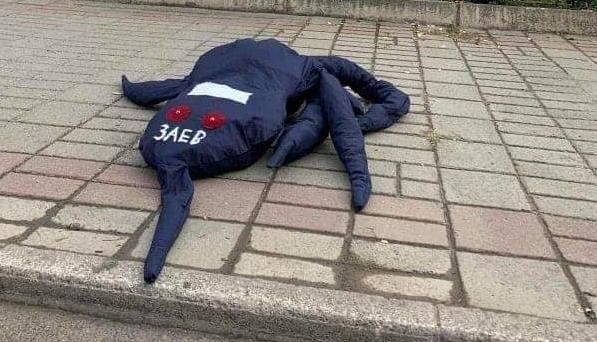 """Октопод оставен пред Влада, на главата му пишува """"Заев"""" (ФОТО)"""