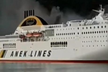 Драма во Грција: Изби пожар на траект, евакуирани 600 луѓе (ВИДЕО)
