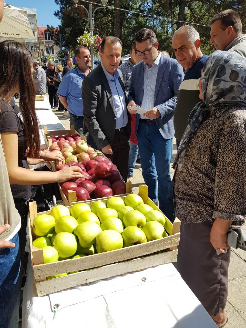 Трипуновски на јаболкоберот во Ресен се сретна со земјоделците од ресенскиот регион